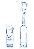 Vidrio y botella de agua fotografía de archivo libre de regalías