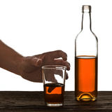 Vidrio y botella de brandy aislados en el blanco Imagen de archivo libre de regalías