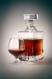 Vidrio y botella de brandy. Con el camino de recortes Fotografía de archivo
