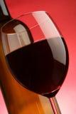 Vidrio y botella de primer del vino rojo Foto de archivo libre de regalías