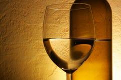 Vidrio y botella de vino blanco Foto de archivo