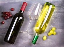 Vidrio y botella de vino blanco rojo y con la uva Todavía del vino vida Comida y concepto de las bebidas Fotografía de archivo libre de regalías