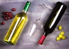 Vidrio y botella de vino blanco rojo y con la uva Todavía del vino vida Comida y concepto de las bebidas Imágenes de archivo libres de regalías