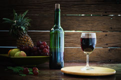 Vidrio y botella de vino de fruta Fotografía de archivo libre de regalías