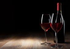 Vidrio y botella de vino en un vector de madera Imagen de archivo libre de regalías