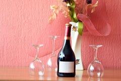 Vidrio y botella de vino en un vector de madera Fotos de archivo libres de regalías