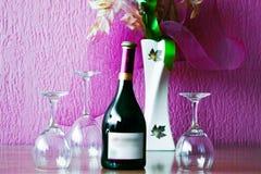 Vidrio y botella de vino en un vector de madera Fotografía de archivo libre de regalías