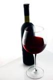 Vidrio y botella de vino rojo. Fotos de archivo libres de regalías
