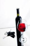 Vidrio y botella de vino rojo. Fotografía de archivo