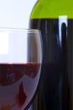 Vidrio y botella de vino rojo Foto de archivo libre de regalías