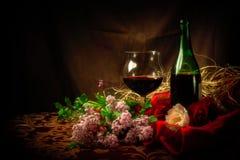 Vidrio y botella de vino rojo en el ajuste elegante Fotos de archivo libres de regalías