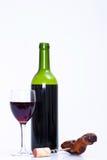 Vidrio y botella de vino rojo y de sacacorchos Imagenes de archivo