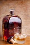 Vidrio y botella de whisky Imagen de archivo libre de regalías