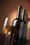 Vidrio y botellas de vino Fotografía de archivo