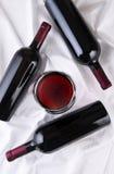 Vidrio y botellas de vino Imágenes de archivo libres de regalías