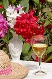 Vidrio y flores de vino en el vector exterior Fotografía de archivo
