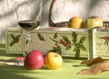 Vidrio y fruta de vino Fotos de archivo libres de regalías