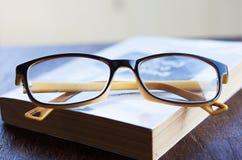 Vidrio y libro Foto de archivo libre de regalías