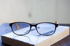 Vidrio y libro Imagen de archivo
