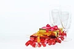 Vidrio y regalo aislados en el fondo blanco, día de tarjetas del día de San Valentín Foto de archivo