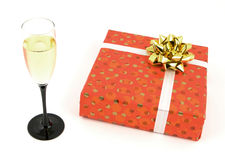 Vidrio y regalo de Champán Imagen de archivo libre de regalías
