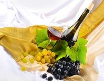 Vidrio y uvas de vino Foto de archivo