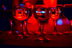 Vidrios abstractos del champán en un fondo rojo Imagenes de archivo