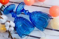Vidrios azules con las flores del algodón fotografía de archivo