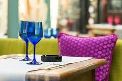 Vidrios azules vacíos en la tabla del restaurante Fotografía de archivo