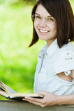 Vidrios bonitos jovenes de la muchacha del retrato Fotografía de archivo