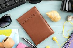 Vidrios, cámara, pasaporte, mapa y cáscaras del concepto del viaje en una tabla de madera azul Relajación holidays Visión superio fotografía de archivo