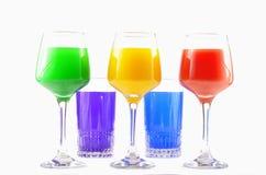 Vidrios coloreados con las bebidas Fotos de archivo libres de regalías