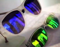 Vidrios coloreados que crean una distinta vista de la ciudad imágenes de archivo libres de regalías