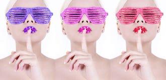Vidrios coloridos del brillo del encanto en muchachas atractivas Foto de archivo libre de regalías