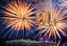 Vidrios con champán contra los fuegos artificiales Imagenes de archivo