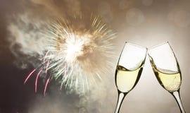 Vidrios con champán contra los fuegos artificiales Foto de archivo