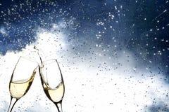 Vidrios con champán contra los fuegos artificiales Imagen de archivo