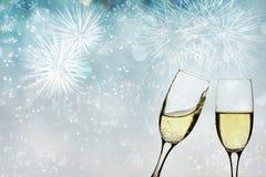 Vidrios con champán contra los fuegos artificiales Imágenes de archivo libres de regalías