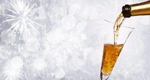 Vidrios con champán contra los fuegos artificiales Imagen de archivo libre de regalías