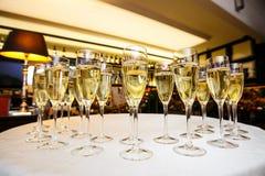Vidrios con champán delicioso fresco o el vino blanco Fotos de archivo