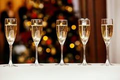 Vidrios con champán delicioso fresco o el vino blanco Imágenes de archivo libres de regalías