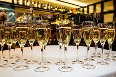 Vidrios con champán delicioso fresco o el vino blanco Imagenes de archivo