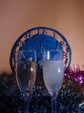 Vidrios con champán en el fondo del reloj El reloj Foto de archivo