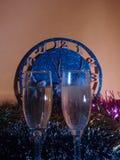 Vidrios con champán en el fondo del reloj El reloj Fotos de archivo