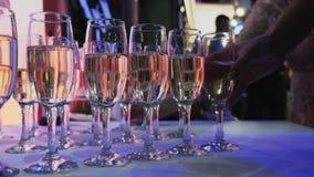 Vidrios con champán en la tabla de comida fría almacen de video