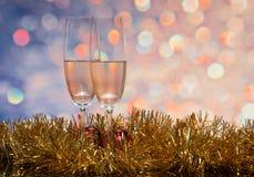 Vidrios con champán en un fondo abstracto Foto de archivo libre de regalías