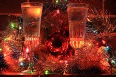Vidrios con champán y decoraciones de la Navidad Fotografía de archivo libre de regalías