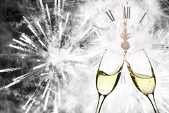 Vidrios con champán y el reloj cerca de la medianoche Fotografía de archivo libre de regalías