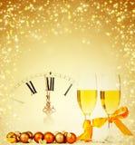 Vidrios con champán y el reloj cerca de la medianoche Fotos de archivo libres de regalías