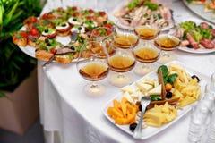 Vidrios con el coñac o el brandy en el abastecimiento del evento Fotografía de archivo libre de regalías